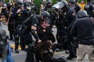 Mais de mil pessoas desafiaram na quinta-feira a segunda noite do toque de recolher em Louisville em protesto
